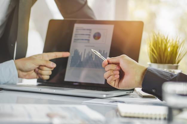 Финансовый консультант. советник объясняет клиенту план инвестирования.