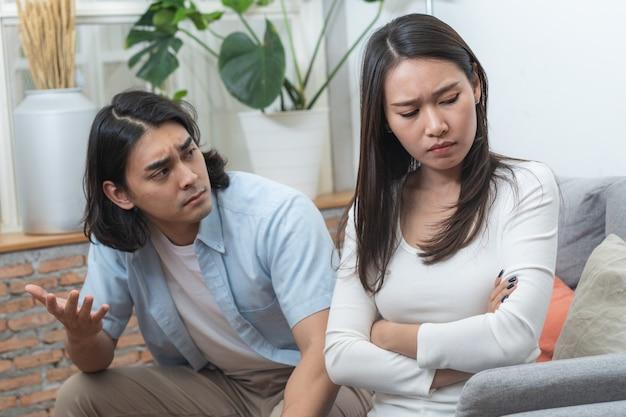 問題の概念が大好きです。アジアのカップルが自宅で口論しています。