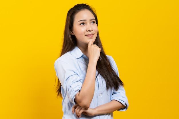 カジュアルなドレスの思考と想像力でかわいいアジアの女性