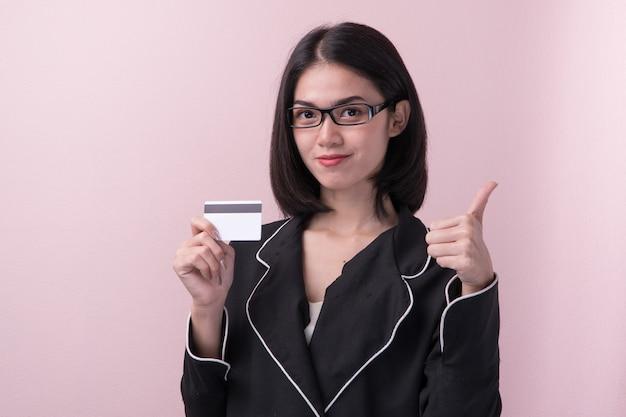 クレジットカードを持つアジアの女性。