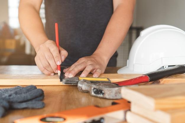 工芸品をやっている労働者。