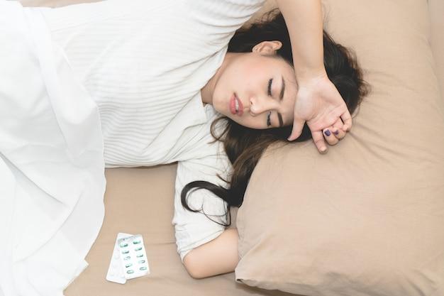 熱に苦しんでいる若いアジア女性。