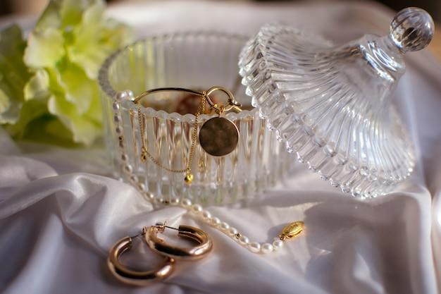 ガラス容器の中の金の宝石類
