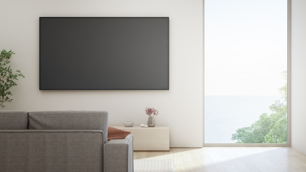 Телевизор на белой стене против диван в доме или на вилле.