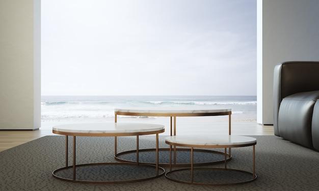 Гостиная с видом на море роскошного летнего пляжного домика с диваном и журнальным столиком.