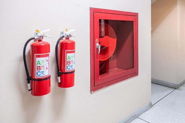壁の背景に消火器システム、産業用強力な緊急機器