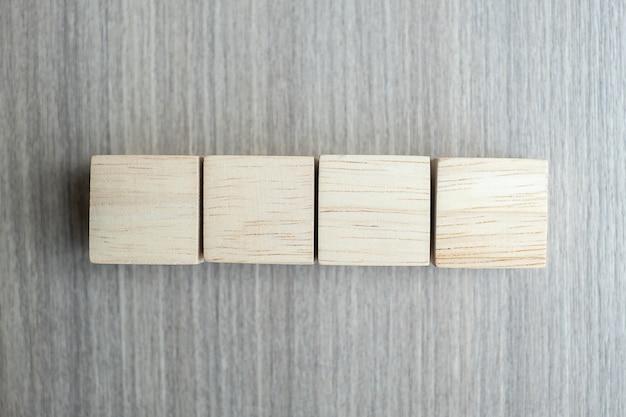 テキストのコピースペースを持つテーブルの背景に木製の立方体