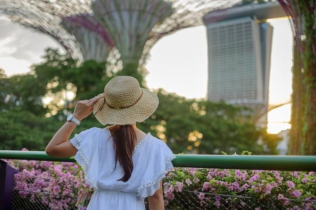 シンガポールの湾で庭でスーパーツリーを探している旅行者