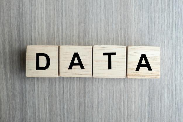 木製キューブブロックと概念的なデータビジネス単語