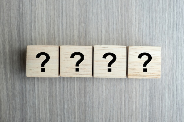 質問マーク(?)木製キューブブロック付きの単語