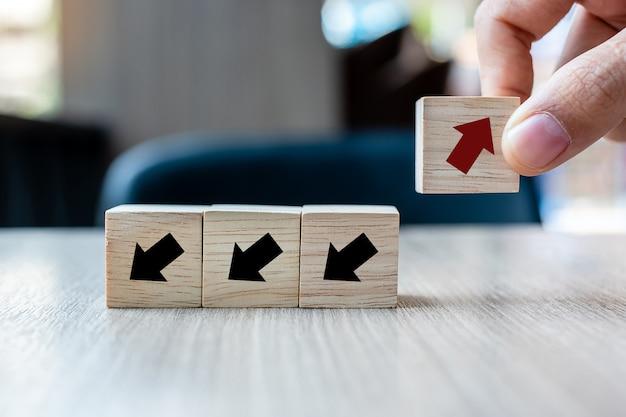 赤い矢印の木製ブロックを配置する手