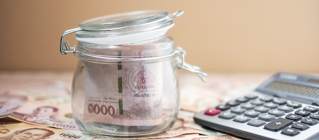 Деньги стеклянная банка с калькулятором. бизнес, инвестиции, финансы