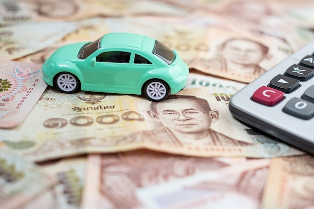 現金のための車と自動車保険の概念