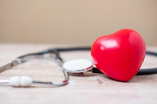 赤いハート形の聴診器。ヘルスケアと世界心臓デーのコンセプト