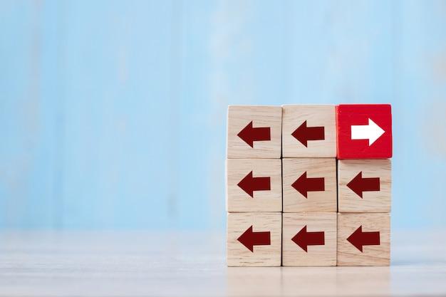 テーブル上の矢印の方向が異なる赤いブロック。