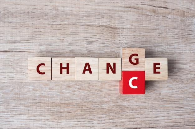 フリップブロック付き木製キューブテーブル上のチャンスの単語に変更します。