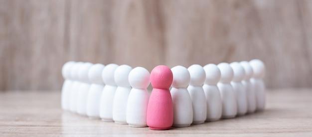 Розовый лидер деревянный из толпы сотрудников. люди,