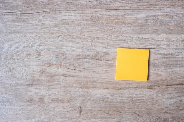 空白の黄色のメモ