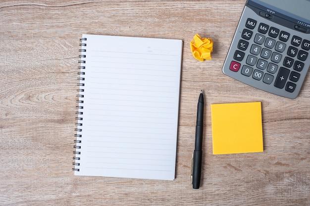 Пустое примечание с ручкой и калькулятором
