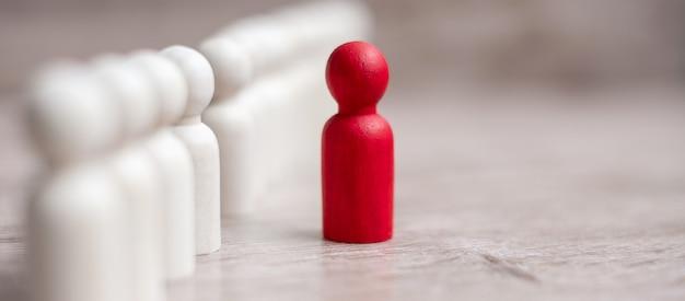 木製の男性の群衆の中に赤いリーダー実業家。リーダーシップ、ビジネス、チーム、チームワーク、人的資源管理の概念