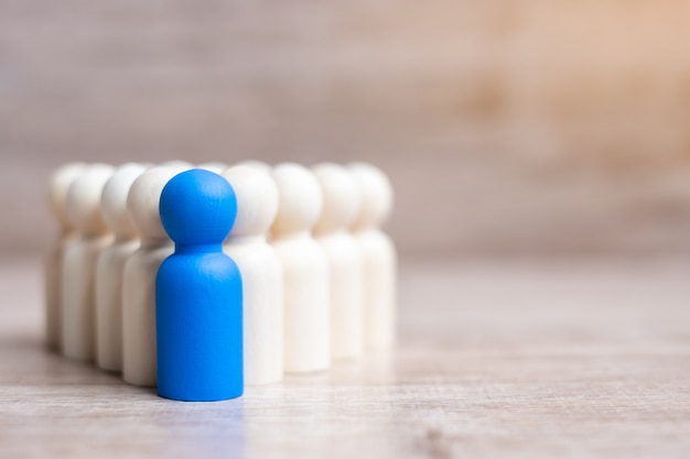 Синий лидер бизнесмен с толпой деревянных мужчин. лидерство, бизнес, команда, работа в команде и концепция управления персоналом