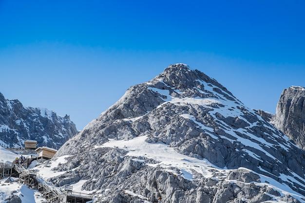 麗江旧市街の近くにある観光名所のランドマークと人気スポットである中国語の玉龍雪山または玉龍の美しい。麗江、雲南、中国