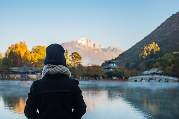 玉龍雪山、麗江旧市街近くの観光スポットのランドマークと人気スポットとブラックドラゴンプールで旅行する若い女性旅行者。麗江、雲南、中国