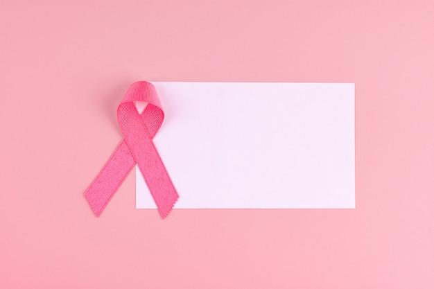 Месяц осведомленности о раке молочной железы, розовая лента, поддерживающая людей, живущих и болеющих. концепция здравоохранения, международного женского дня и всемирного дня борьбы против рака