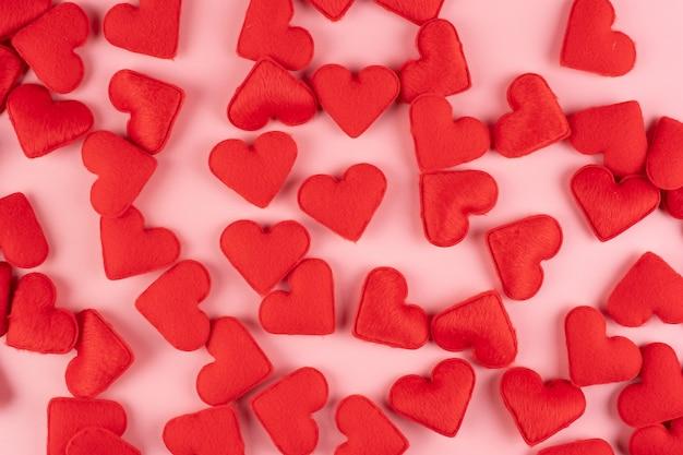 Красное украшение в форме сердца на розовом. любовь, свадьба, романтика и с днем святого валентина концепция праздника