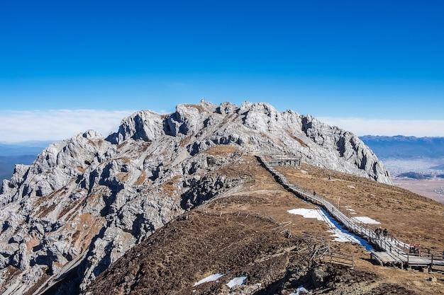 Красивая шика снежная гора или долина голубой луны