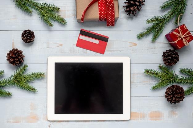 クリスマスデコレーション、ギフトボックス、パインツリーブランチ付のタブレットとクレジットカード