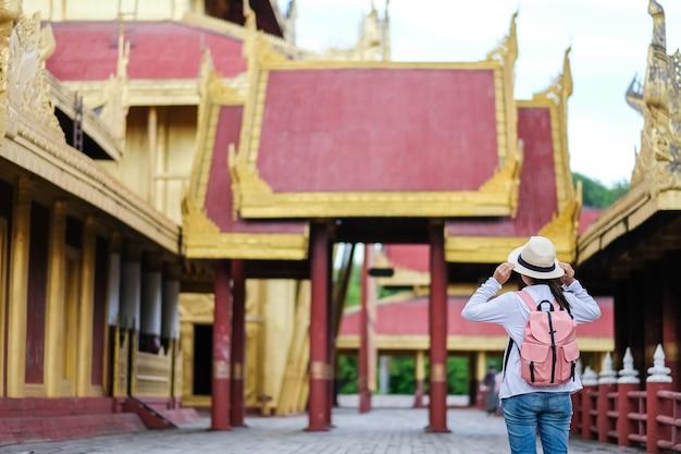 Азиатский путешественник, стоящий в мандалайском дворце, мьянма