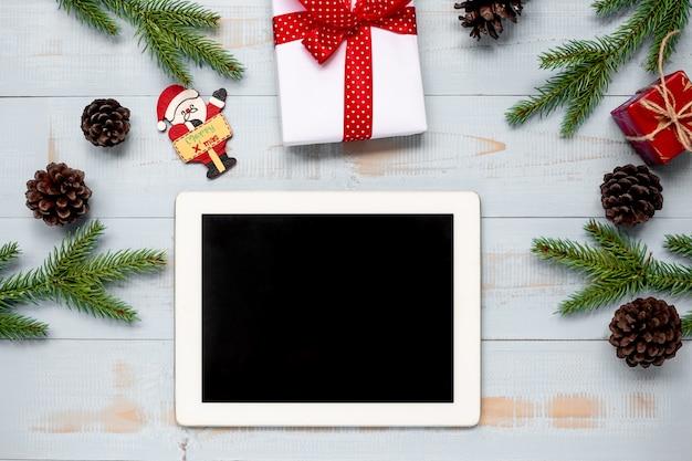 クリスマスデコレーション、ギフトボックス、パインツリーブランチのタブレット