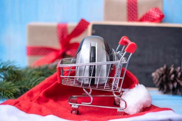 メリークリスマスギフトボックスまたはプレゼント付きの電子商取引ショッピングのオンラインコンセプト