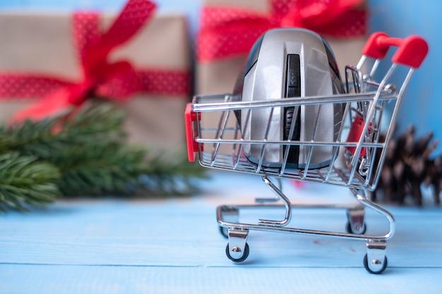 Электронная коммерция, покупающая онлайн концепцию с подарочной коробкой или подарком на рождество