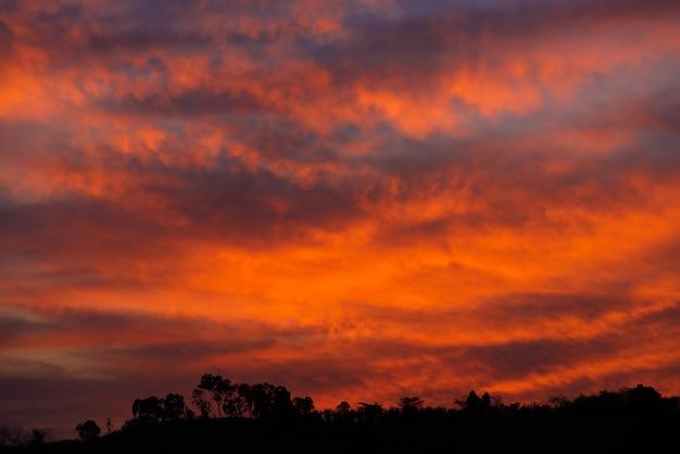 夕焼けの赤い空