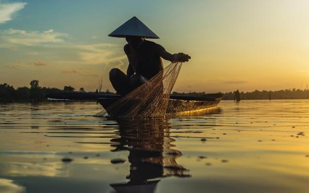ボートのシルエット漁師釣りネット。