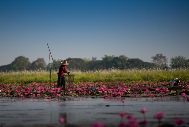 漁師はボートから釣りをしています