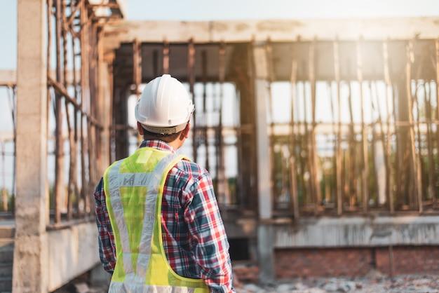 Инженер работает на строительной площадке