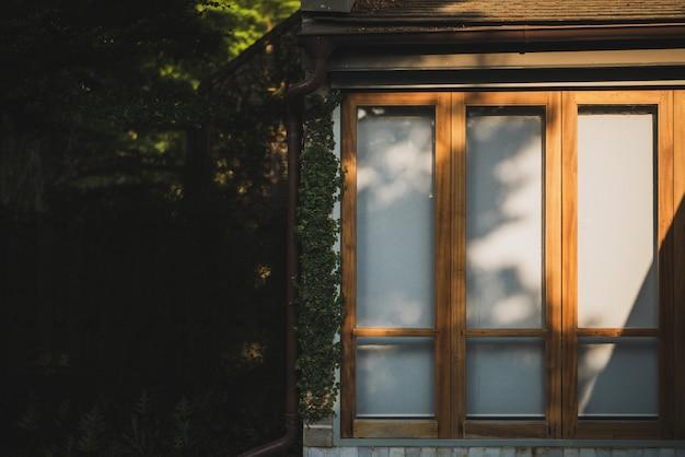 ビンテージスタイルの窓、左の窓と詳細を閉じたまま家の壁。
