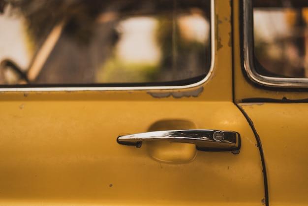 黄色のヴィンテージ車のドアハンドルの概要