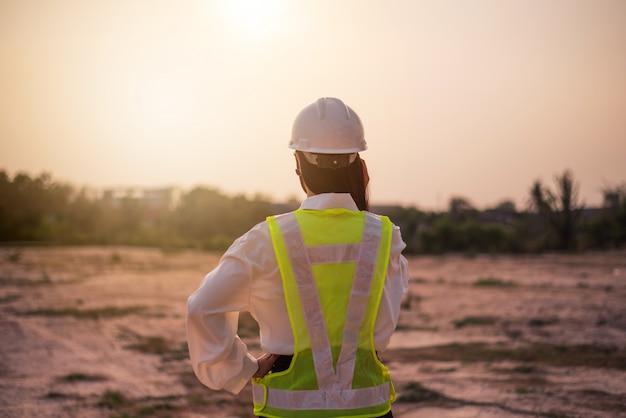 女性エンジニアはウェブサイトの作成に取り組んでいます。