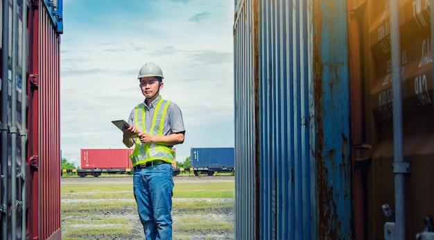 エンジニアがコンテナを検査します。ビジネスロジスティックコンセプト、インポートおよびエクスポートのコンセプト