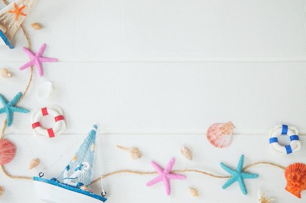 白い背景の上の海洋の装飾の平面図です。航海のコンセプトです。