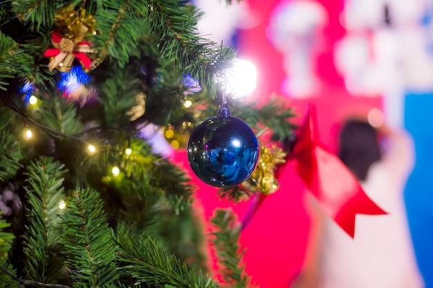クリスマスまたは新年の背景の青いボールの近く