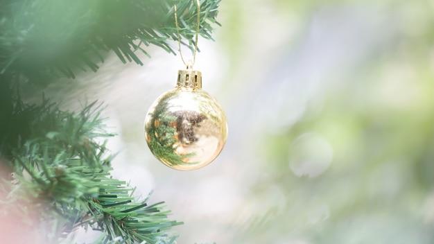 クリスマスや新年の装飾背景の金のボールのクローズアップ
