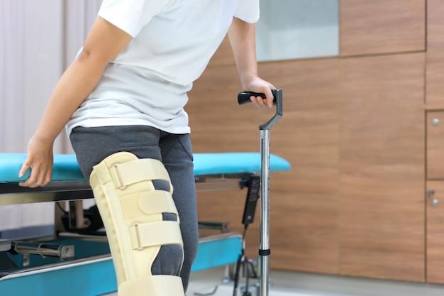 Женский пациент носить поддержку колена