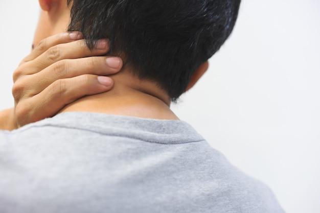 中年の男性は首の痛みがあります。テキストのコピースペース付き