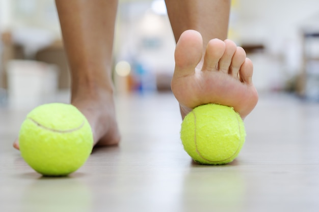 Лечение теннисным мячом: мяч будет оказывать давление на болезненное место и поднимать процедуру.