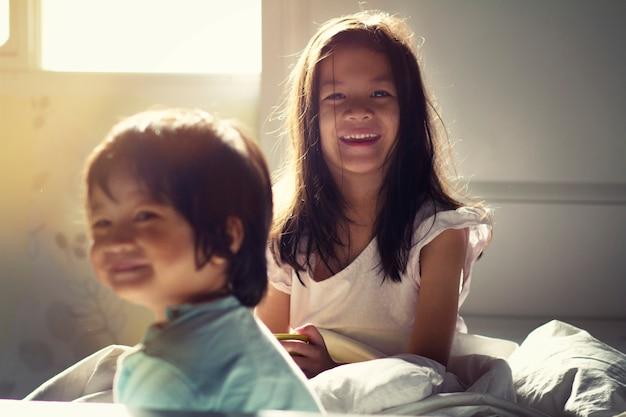 自己分離または隔離中の寝室の子供たちのソフトフォーカス画像
